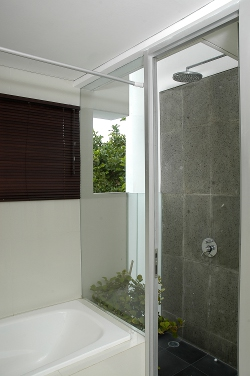 Kamar mandi dengan outdoor shower karya Wendy Djuhara