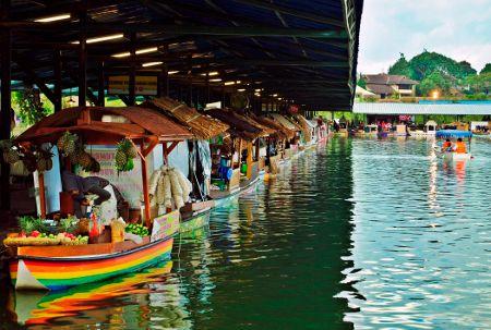 Perahu tempat berjualan di pinggir dermaga