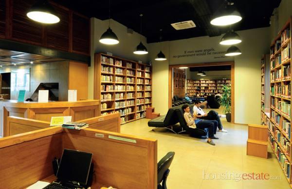 Ruang baca kubikal dan koridor yang dilengkapi sofa empuk