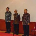 Serah terima jabatan Menpupera Basuki Hadimuljono (kanan) dengan dua menteri sebelumnya, yaitu Djan Faridz (kiri) dan Djoko Kirmanto (tengah).