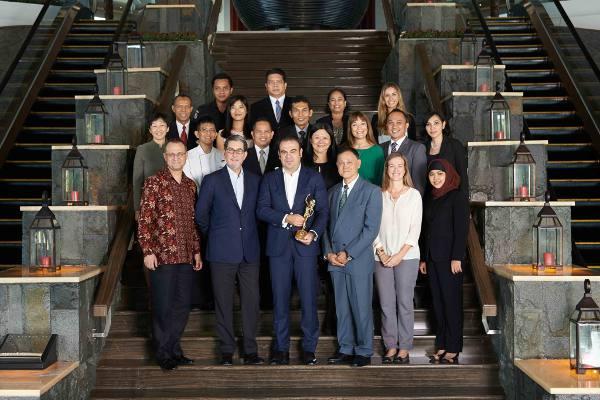 CEO Melia Hotel International Gabriel Escarrer dan Tim Gran Melia Jakarta menerima gelar TTG Travel Awards 2014