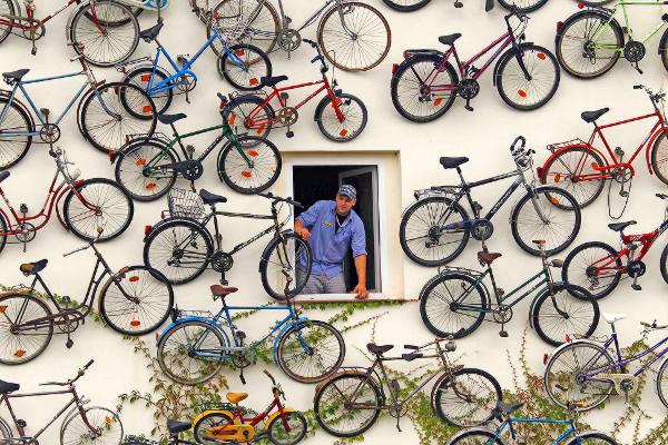 Toko Ini Menggantung Ratusan Sepeda Dagangannya di Dinding