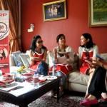 Kelompok Arisan Eda Clarissa mengobrol santai sambil menikmati masakan Chef in Red