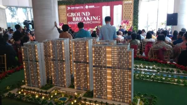 Sejumlah konsumen Daan Mogot City menghadiri peluncuran menara apartemen ke-4 Dove sekaligus seremoni pemancangan tiang pertama tiga menara sebelumnya Bluefinch, Albatros dan Cannary di Jalan Daan Mogot, Jakarta Barat, Sabtu (12/8/2017)