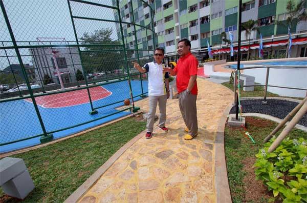 Project Director Sentra Timur Residence Windoko (kiri) dan Deputy Project Director Suprayitno Rais berpose di dekat fasilitas baru lapangan basket dan kolam renang.
