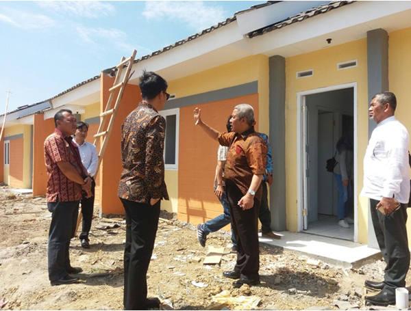 Asmat Amin (kedua dari kiri), CEO SPS, pengembang Villa Kencana Cikarang, bersama Ketua Umum DPP Realestat Indonesia (REI) Soelaeman Soemawinata (kedua dari kanan)