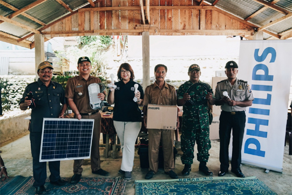 Head of Communications Philips Lighting Indonesia Lea K Indra didampingi Camat Kutalimbaru Darwis M Sianipar dan Kepala Desa Sukadame Doanta Sinulingga serta Perangkat Desa Sukadame dan Dusun Namo Mira