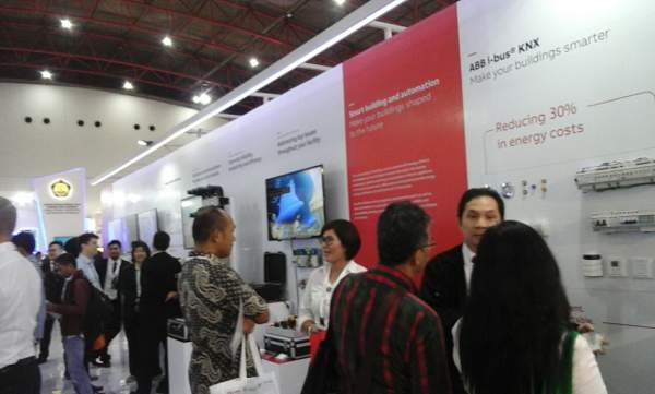Suasana booth ABB menghadirkan Smart Building and Automation ABB i-bus KNX di pameran Electric, Power and Renewable Energy 2017 di JiExpo Kemayoran, Jakarta, Rabu (6/9/2017)