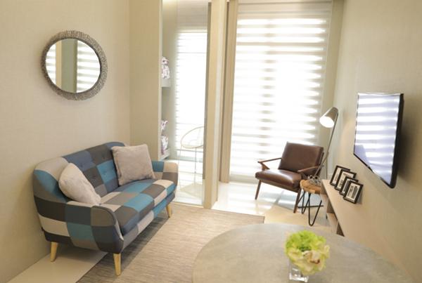 Ruang tamu/keluarga di unit contoh tipe dua kamar di Vasanta Innopark yang didesain simpel modern. Foto: dok Vasanta