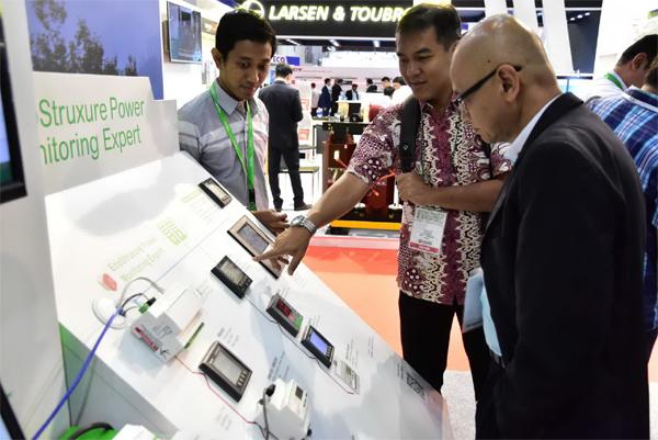 Suasana Innovation Hub di booth Schneider Electric Indonesia dalam pameran Electric, Power & Renewable Energy Indonesia 2017 di JiExpo, Kemayoran, Jakarta Pusat.