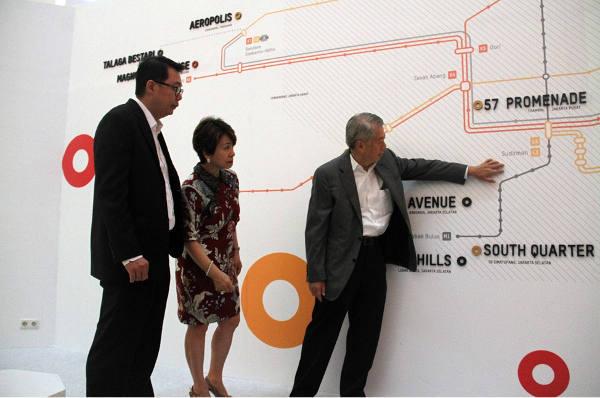 Hendro Gondokusumo (kanan), CEO Intiland Development, menunjukkan kepada direksi Intiland yang lain peta proyek-proyek properti yang dikembangkan perusahaan itu di megapolitan Jabodetabek dan kaitannya dengan akses transportasi massal. (Foto: Yudiasis Iskandar/HousingEstate).