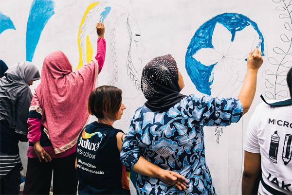 """Sejumlah perempuan turut serta dalam pengecatan mural bertema """"Women on the Wall"""" hasil kerja sama Dulux dengan MasterPeace dan Micro Galleries melalui program Lets Colour Walls of Connection. (Foto: Dok Akzo Nobel)"""
