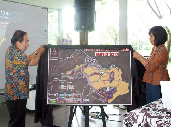 CEO Harvest City Henry Nurhalim (kiri) dan Komisaris Henny Hendrawan menunjukkan masterplan baru Harvest City di Cileungsi, Bogor, Jawa Barat, Minggu (29/10). (Foto: Dok. Harvest City)