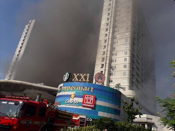 Kebakaran di mal Cinere Bellevue, Jl Cinere, Depok (Jawa Barat), pekan lalu. (Foto: Dede/HousingEstate)