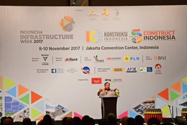 Menteri Perencanaan Pembangunan Nasional (PPN)/Badan Perencanaan Pembangunan Nasional (Bappenas) Bambang Brodjonegoro membuka pameran Indonesia Infrastructure Week (IIW) 2017 di Balai Sidang, Jakarta. (Foto : Susilo/Housing-Estate.com)