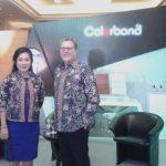 VP Marketing PT NS BlueScope Indonesia Sally Dandel dan President NS BlueScope ASEAN Simon Linge dalam konferensi pers Colorbond Award-Steel Architectural Innovation di Jakarta, Selasa (28/11). (Foto: Diyah/HousingEstate)
