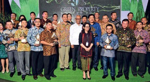 Para penerima HousingEstate Green Properti Awards 2017 berfoto bersama Pemimpin Redaksi HousingEstate, Ketua Tim Penilai, serta Dirjen Pembiayaan Perumahan dan Dirjen Cipta Karya Kementerian PUPR usai menerima penghargaan.