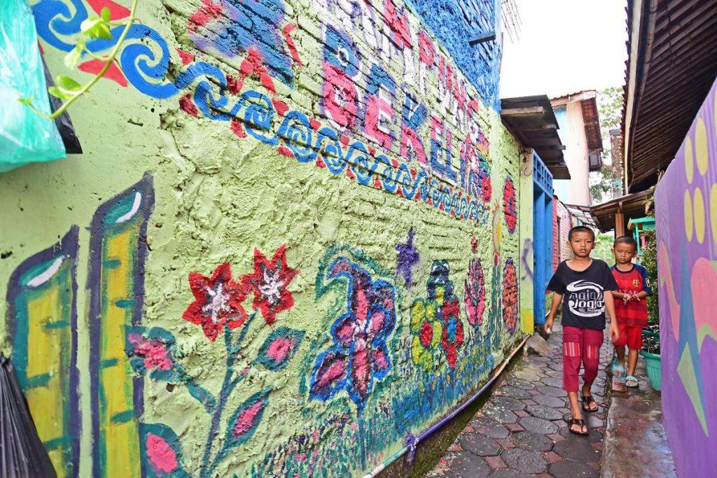 Dinding-dinding dihiasi mural yang digambar oleh seniman grafiti (Foto: Susilo Waluyo/HousingEstate)