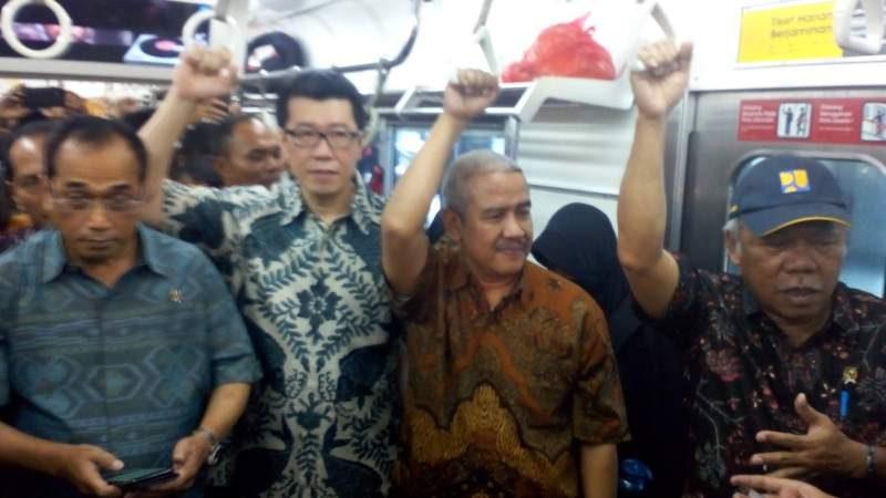 Menteri Pekerjaan Umum dan Perumahan Rakyat (PUPR) Basuki Hadimuljono (paling kanan) memberikan keterangan kepada pers sembari bergelantungan di kereta komuter dari stasiun Tanah Abang (Jakarta) menuju Kota Publik Maja (10.000 ha) di Maja, Lebak-Banten, Sabtu (18/11/2017), bersama Menteri Perhubungan Budi Karya Sumadi (paling kiri). (Foto: Yudiasis Iskandar/HousingEstate).