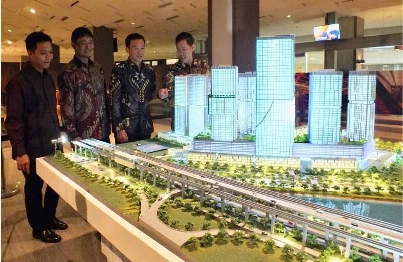 Presiden Direktur PT Sirius Surya Sentosa (SSS) Reggy Widjaja (dua dari kanan) dan Yoshihiro Kobi (dua dari kiri), Presiden Direktur PT Bekasi Fajar Industrial Estate Tbk, pengembang kawasan industri MM2100 Cibitung (Bekasi, Jawa Barat), serta direksi SSS sedang berfoto di depan maket proyek terpadu Vasanta Innopark (100 ha) di kawasan MM2100, usai peresmian peluncuran tower Aoki di Jakarta, Sabtu (18/11/2017).