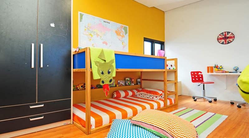 Kamar anak dengan sentuhan warna oranye apricot yang menenangkan (foto: Susilo Waluyo/HousingEstate)