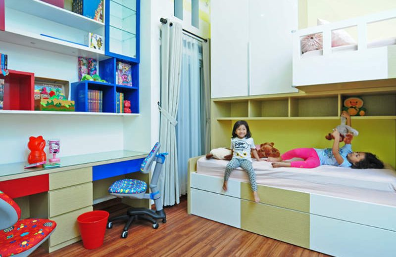 Kamar anak dengan aksen warna kuning lembut seperti ini memberi efek pada anak menjadi lebih mudah menyerap informasi (foto: Susilo Waluyo/HousingEstate)