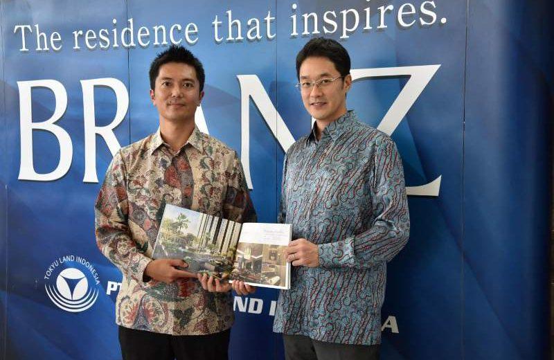 Direktur Tokyu Land Indonesia Tai Horikawa dan Tasuku Kinoshita saat menunjukkan proyek kondominium Branz BSD di BSD City, Serpong, Tangerang, Banten, beberapa waktu lalu. (Foto: Dok. Tokyu Land Indonesia)