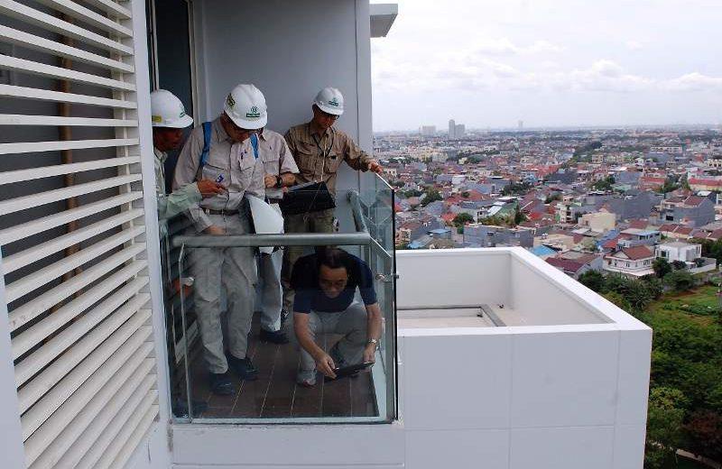 Tim Teknik PT Ciputra Residence dan Mitsui Fudosan Residential, pengembang apartemen CitraLake Suite, Kalideres (Jakarta), melakukan pengecekan berlapis sebelum unit diserah-terimakan kepada konsumen. (Foto: Dok. PT Citra Menara Megah)