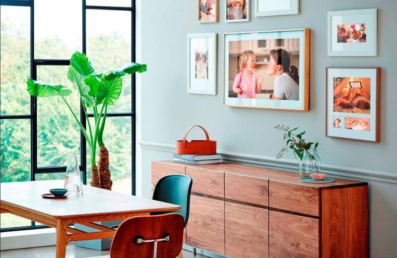 Karya seni pada Samsung The Frame TV (menempel di dinding di tengah) bisa diganti dengan foto dari koleksi pribadi