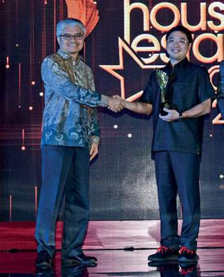HousingEstate Awards Most Favoured Steel Truss untuk baja ringan Alsun dari PT Alsun Suksesindo. Direktur Marketing PT Alsun Suksesindo Nicolas Kesuma menerima dari Lintong Sopandi Hutahaean, Direktur Industri Bahan Galian Nonlogam Kementerian Perindustrian