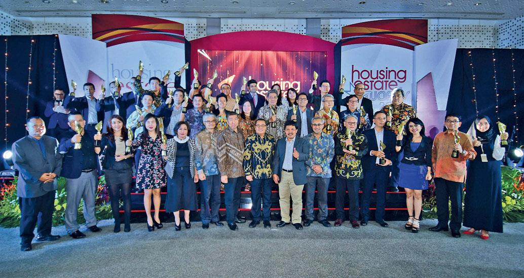 Para penerima HousingEstate Awards 2017 berfoto bersama Pemimpin Redaksi HousingEstate, Dirjen Penyediaan Perumahan Kementerian Pekerjaan Umum dan Perumahan Rakyat (PUPR), dan Sekjen DPP Realestat Indonesia (REI) usai menerima penghargaan