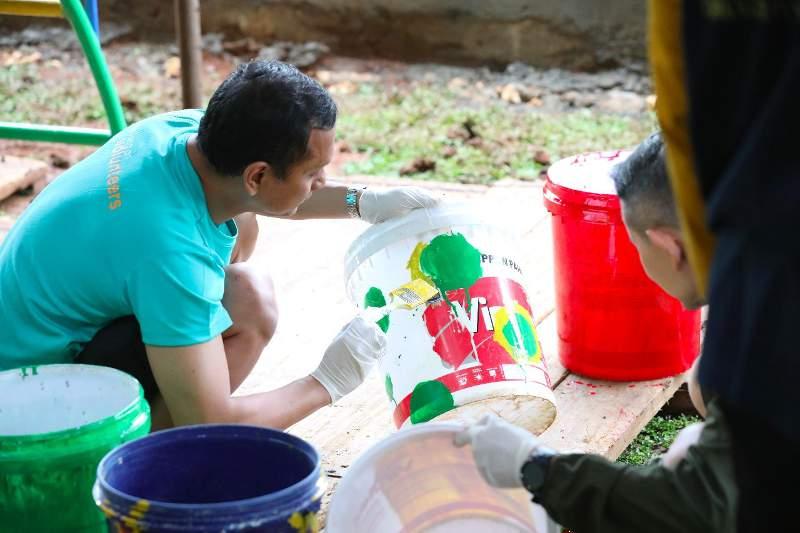 Aktivitas membuat tempat sampah dari barang bekas. (foto: ars86care)
