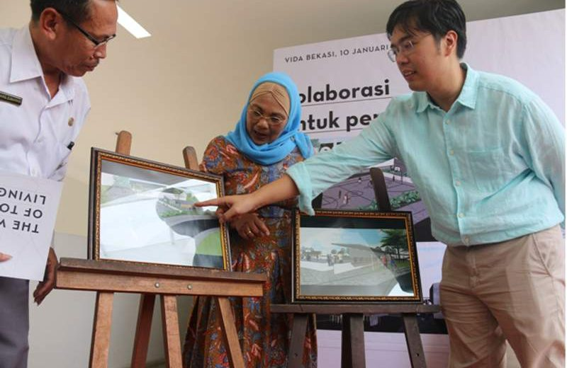 Direktur Vida Bekasi Edward Kusma (kanan) dan Management Vida Bekasi Risma Yunarti (tengah) menjelaskan rencana dan konsep pembangunan gedung serbaguna kepada Kepala SDN Padurenan 5 Awang Zumawan S.Pd. (Foto: Dok. Vida Bekasi)