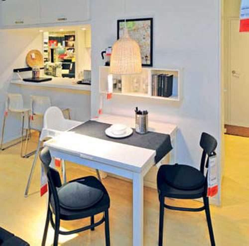 Area Makan Meja makan persegi empat yang bisa diperpanjang dilengkapi dua kursi untuk orang dewasa dan sebuah kursi anak berkaki tinggi.