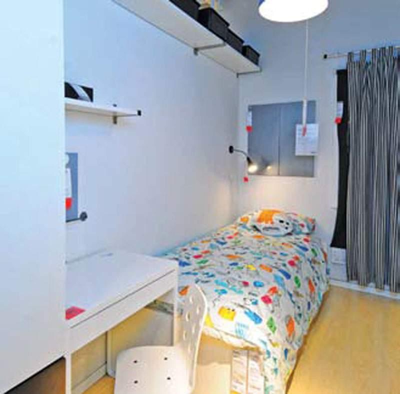 Kamar Anak Laki-Laki Kamar anak dilengkapi tempat tidur, lemari pakaian, meja belajar, rak penyimpanan mainan yang rendah, rak buku, rak penyimpanan atas dan tak lupa ambalan untuk memajang karya anak.