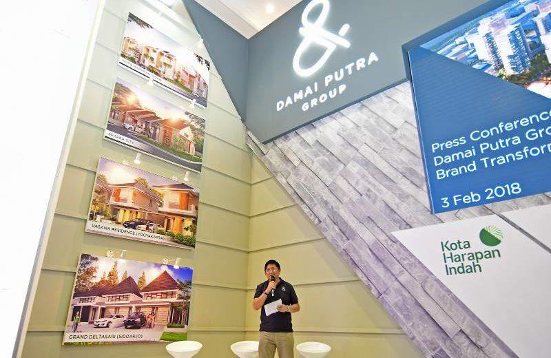 Presiden Direktur Damai Putra Group Johanes Mardjuki dalam peluncuran logo baru perusahaan pengembang tersebut yang berbentuk dan (&) di area pameran Indonesia Property Expo di Senayan, Jakarta, Sabtu (3/2/2018). (Foto: HousingEstate/Susilo Waluyo)