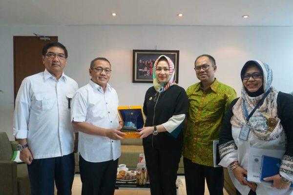 Walikota Tangerang Selatan (Banten) Airin Rachmi Diany (tiga dari kanan) bersama Dirjen Penyediaan Perumahan Kementerian Pekerjaan Umum dan Perumahan Rakyat (Kemenpupera) Khalawi Abdul Hamid (dua dari kiri) di Jakarta, Selasa (20/3/2018).