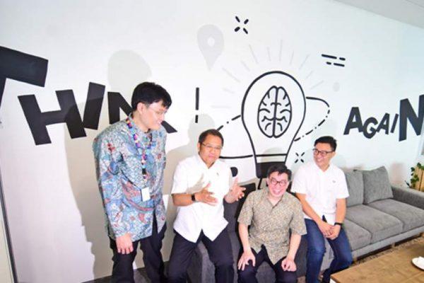 (Dari kiri ke kanan) CEO & Co-Founder Ev Hive Carlson Lau, Menkominfo Rudiantara, Direktur Utama BTPN Jerry Ng dan Co-Founder & Managing Partner of East Venture Willson Cuaca saat acara peresmian Jenius x EV Hive Coworking space di Menara BTPN lantai 47, Mega Kuningan, Jakarta Selatan (7/3)(Foto : HousingEstate/Susilo Waluyo)