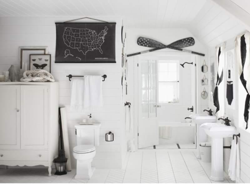 Kamar mandi hitam-putih bergaya transisional (foto: Dok. Kohler)