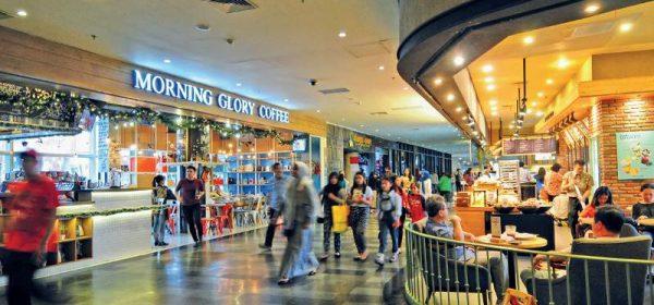 Pondok Indah Mall (caption: Selalu ramai karena mengikuti tren dan menghadirkan tenant yang digandrungi publik).