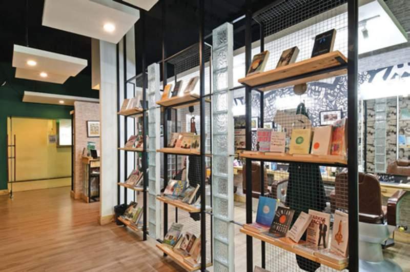 Display buku yang menghias koridor barbershop