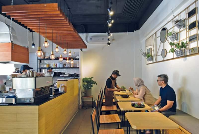 Kafe Maoki dirancang khas industrial