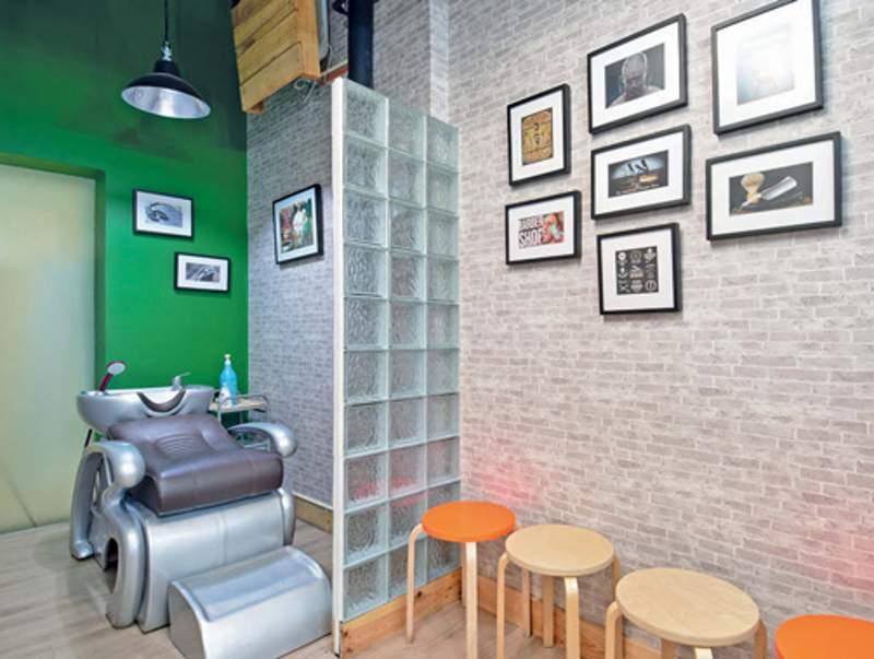 Area cuci rambut diberi aksen wallpaper dinding bata ekspos dan cat hijau