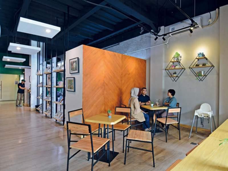 Area barbershop didesain menyambung dengan kafe di bagian belakang