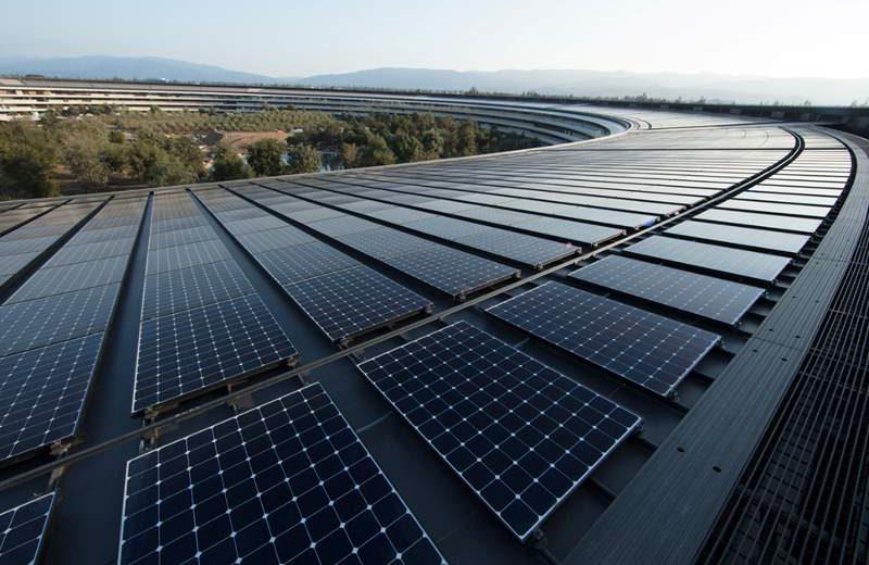 Panel surya di atap kantor pusat Apple yang baru di Cuppertino, AS. (Foto: Apple)