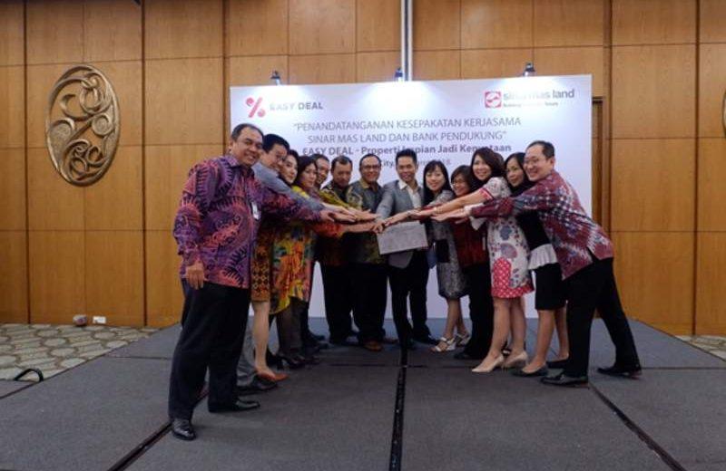 Ishak Chandra, CEO Strategic Development & Services Sinar Mas Land (keenam dari kanan) bersama perwakilan dari 12 bank usai menandatangani kesepakatan kerjasama program Easy Deal yang akan digelar selama April–Juli 2018 untuk pembelian produk properti di berbagai proyek Sinar Mas Land di seluruh Indonesia. (Foto: Dok. Sinar Mas Land)
