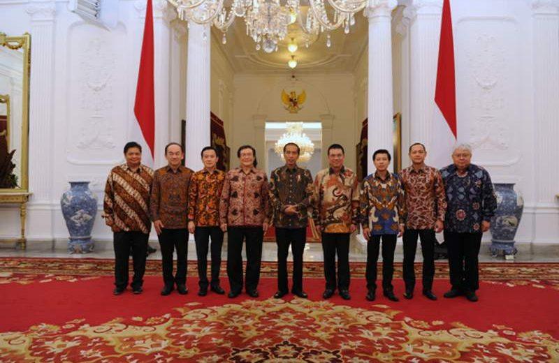 Tim SCG diwakili Presiden & CEO SCG Roongrote Rangsiyopash (keempat dari kanan) saat melakukan kunjungan kehormatan kepada Presiden Republik Indonesia Joko Widodo didampingi Menteri Perindustrian Airlangga Hartarto (paling kiri) dan pengusaha Prajogo Pangestu (keempat dari kiri) di Istana Merdeka, Jakarta. (Foto: Dok. SCG)