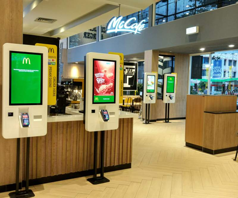 Self ordering kiosk dengan layar sentuh dan mesin pembayaran nontunai (foto: dok. McDonald's Indonesia)