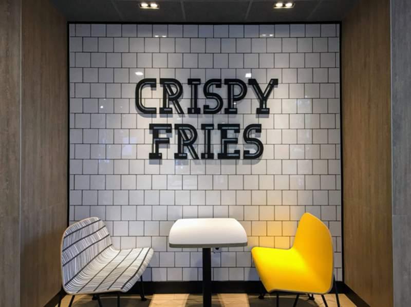 Salah satu sudut area makan berkonsep Alphabet (Foto: Dok. McDonald's Indonesia)