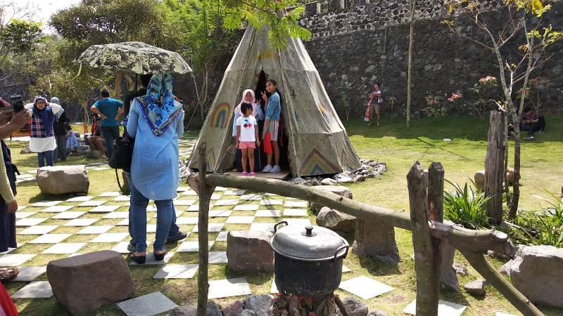 Spot selfi dengan latar belakang rumah suku Indian
